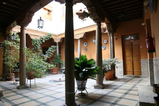 Pension San Joaquin: Columnas Siglo XVI Patio