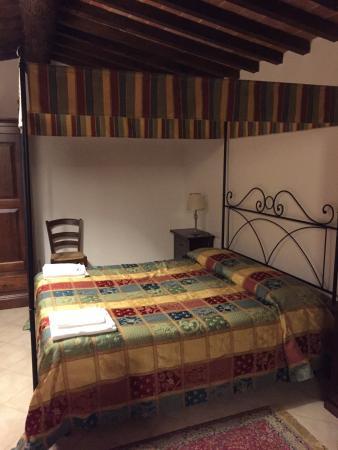 Camera da letto matrimoniale con letto a baldacchino ...