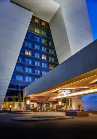 Renaissance Denver Stapleton Hotel: Front Drive