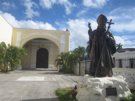 Cathedral of San Isidoro (La Catedral de San Isidro): Памятник Иоанну Павлу II