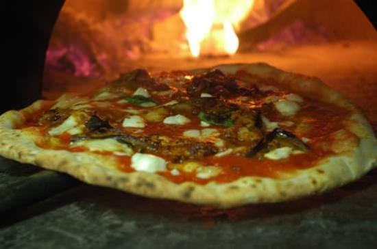 Pizza al forno a legna picture of re di napoli antwerp - Temperatura forno a legna pizza ...