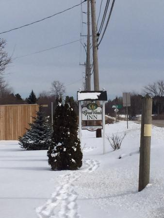 Green Woods Inn: Wintertime, look for sign when driving. At night there are two white lantern lights illuminated