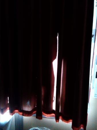 Motel 6 Cordele: damaged curtains