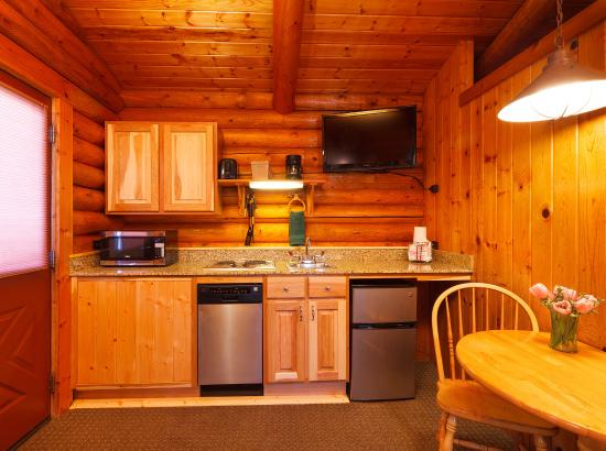 Cowboy Village Resort: Two Queen Deluxe Cabin Kitchenette