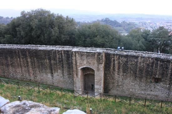 Spoleto, Italië: le mura dall'interno