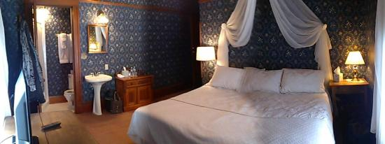 Battle Creek, IA: The Blue Room (panoramic)