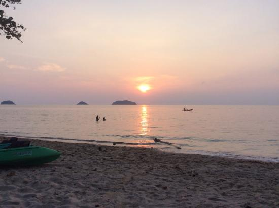 Siam Cottage Bungalows: Sunset from the beach