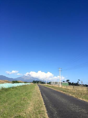 Okato, Neuseeland: Mt Taranaki peeking out from the clouds