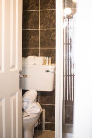 Finnegan's Hostel: Bathroom in double room at Finnegans