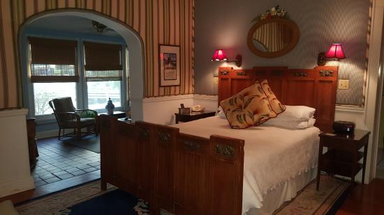 Sea Breeze Manor Bed & Breakfast: Our spacious suite.