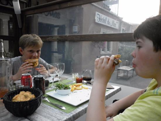 Vinassan, France : de jongens genieten van een verrukkelijk avondmaal