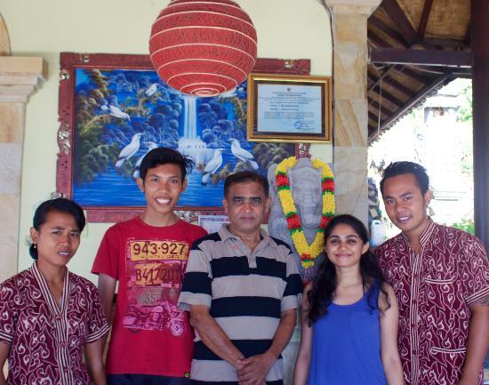 Beten Waru Bungalows and Restaurant: Kadek, Yudha, my dad, me and Putu on our last day =)