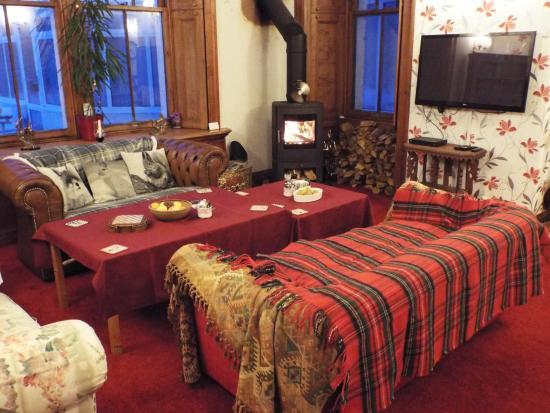 Inchbae Lodge Inn: Lounge with Log burner