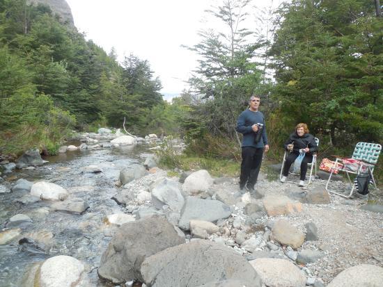 El Maiten, Argentina: rio que corre formando pequeñas cascadas