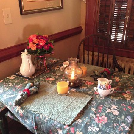 Governor's Trace Bed and Breakfast: Breakfast served in your own room