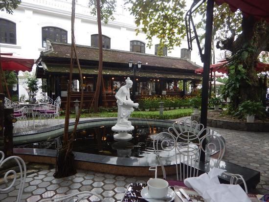 Hotel Saigon Morin: Outdoor breakfast area