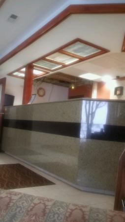 كومفرت إن مومي - بيرسبورج إريا: Ceiling missing tiles and hanging wires at check in/out desk