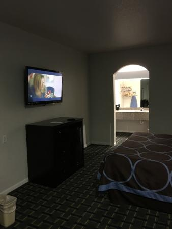Super 8 by Wyndham Houston/Brookhollow NW: tv/microwave/refrigerator