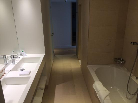 Salle de bain traversante de la junior suite - Picture of Modern ...