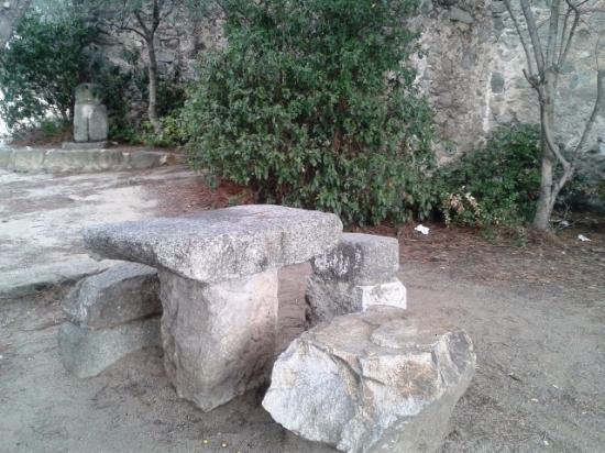 Ermita de Sant Sebastia: Mesa de piedra