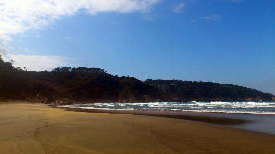 Luarca, Spain: Playa de Otur con marea baja