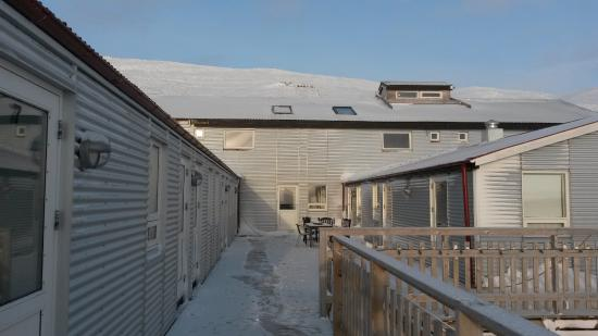Budardalur, Islandia: view back to hotel (main building in the center) from wooden platform
