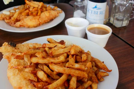 Portugal Cove, Canadá: Fish and chips, gravy and dressing on the side. Don't confuse the dressing with stuffing!