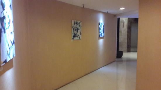 Gino Feruci Kebonjati Bandung: Lorong menuju lift khusus kamar superior