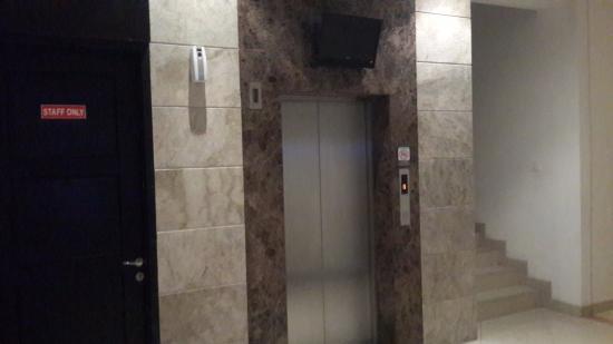 Gino Feruci Kebonjati Bandung: Lift kamar superior