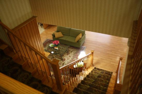 Country Inn & Suites By Carlson, Davenport: Stairs to the Main floor (they do have an elevator too)