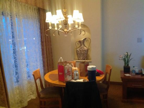 Polo Towers Suites: Dining table 4 chairs