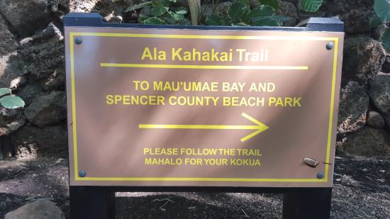 Ala Kahakai National Historic Trail : Signs at the back of the 3rd green at Mauna Kea where the trail continues.