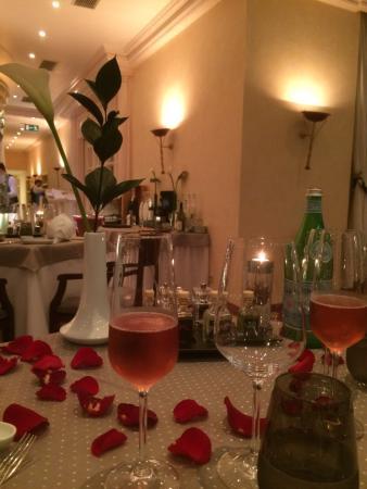 CALLA: Mit Rosenblätter dekoriert