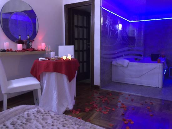 Camere Da Letto Romantiche Con Petali Di Rosa : Angolo della camera con candele e petali di rosa del pacchetto