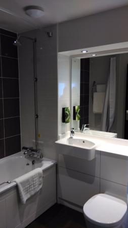 Premier Inn Liverpool City Centre (Moorfields) Hotel: Bathroom - recently renovated & spotless