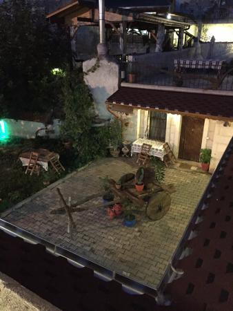 Gerdis Evi: Üst kat balkondan bahçe görünümü