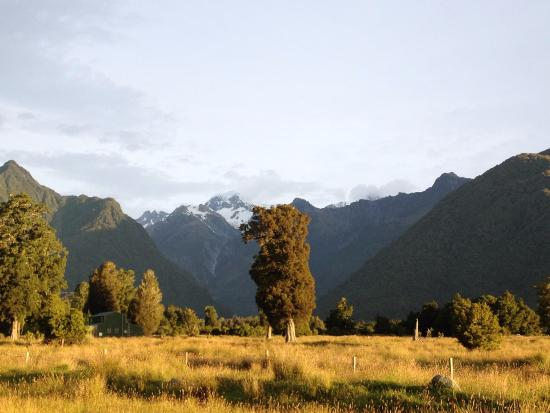 Fox Glacier Mountainview Bed and Breakfast: Mounts Cook and Tasman.