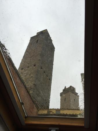 Fabio Apartments San Gimignano: Vista dal soppalco, con pioggia