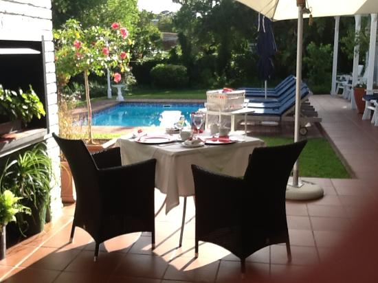 The Knysna Belle: Breakfast in the garden