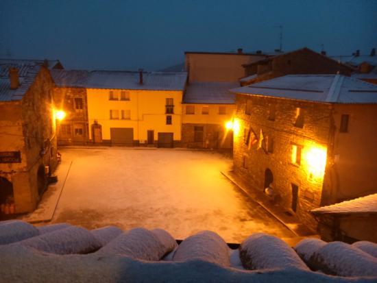 Laspaúles, España: Vistas a la plaza de pueblo.