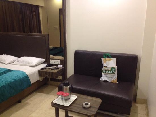 Hotel Sheetal: sofa in room