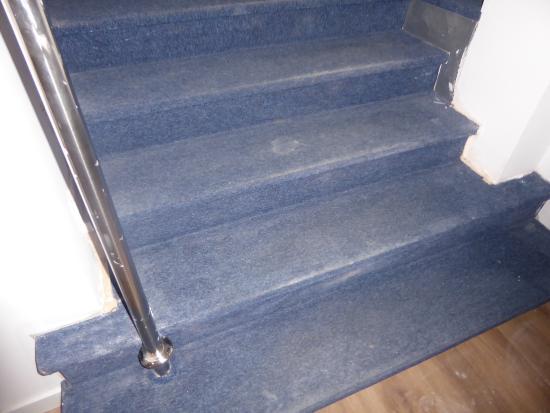 Hotel Morlans Garden: verschmutzter Treppenaufgang