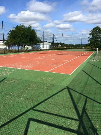 Terrain de Tennis - Picture of Hotel Restaurant Salon de The L\'Ecrin ...