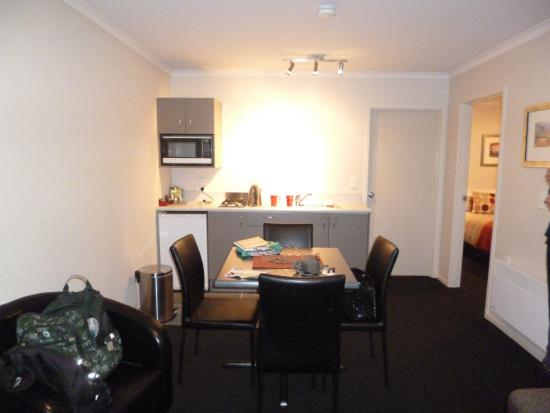 Admiral Court Motel & Apartments: Dining area and kitchenette