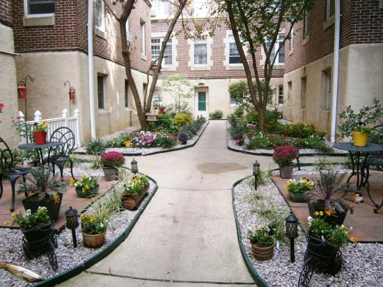 Baltimorean Apartments: Courtyard
