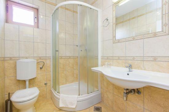 Brodarica, Croacia: shower