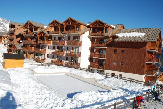 Residence la Dame Blanche : Az apartmanház medencéje (még lefedve)