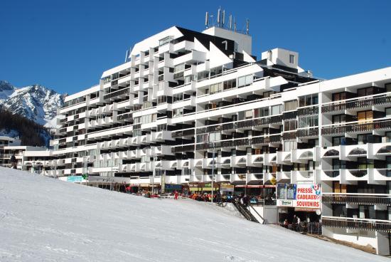 Residence la Dame Blanche : A központi épület boltokkal, kávézókkal, orvosi rendelővel, gyógyszertárral.