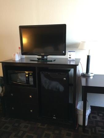 Ramada Tulsa: Details I appreciate..easily accessible outlets, fridge and microwave, flatscreen, big windows a
