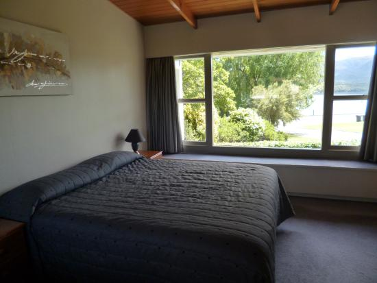 Lakeside Motel & Apartments: Bedroom with lake view